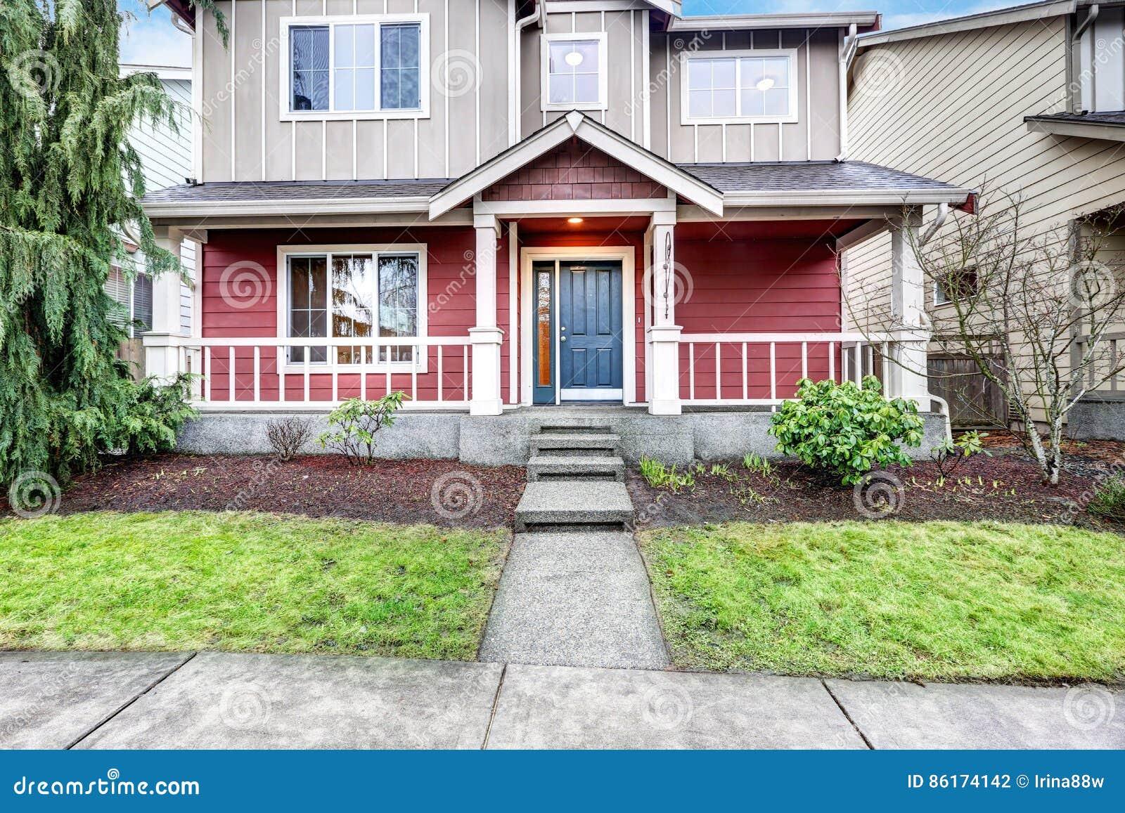 Casa rossa e grigia contemporanea esteriore con il portico for Casa grigia