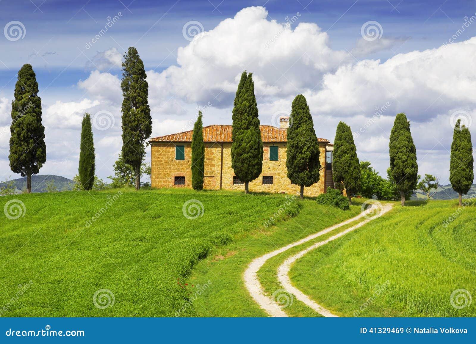 casa rural con los rboles de ciprs alrededor toscana italia