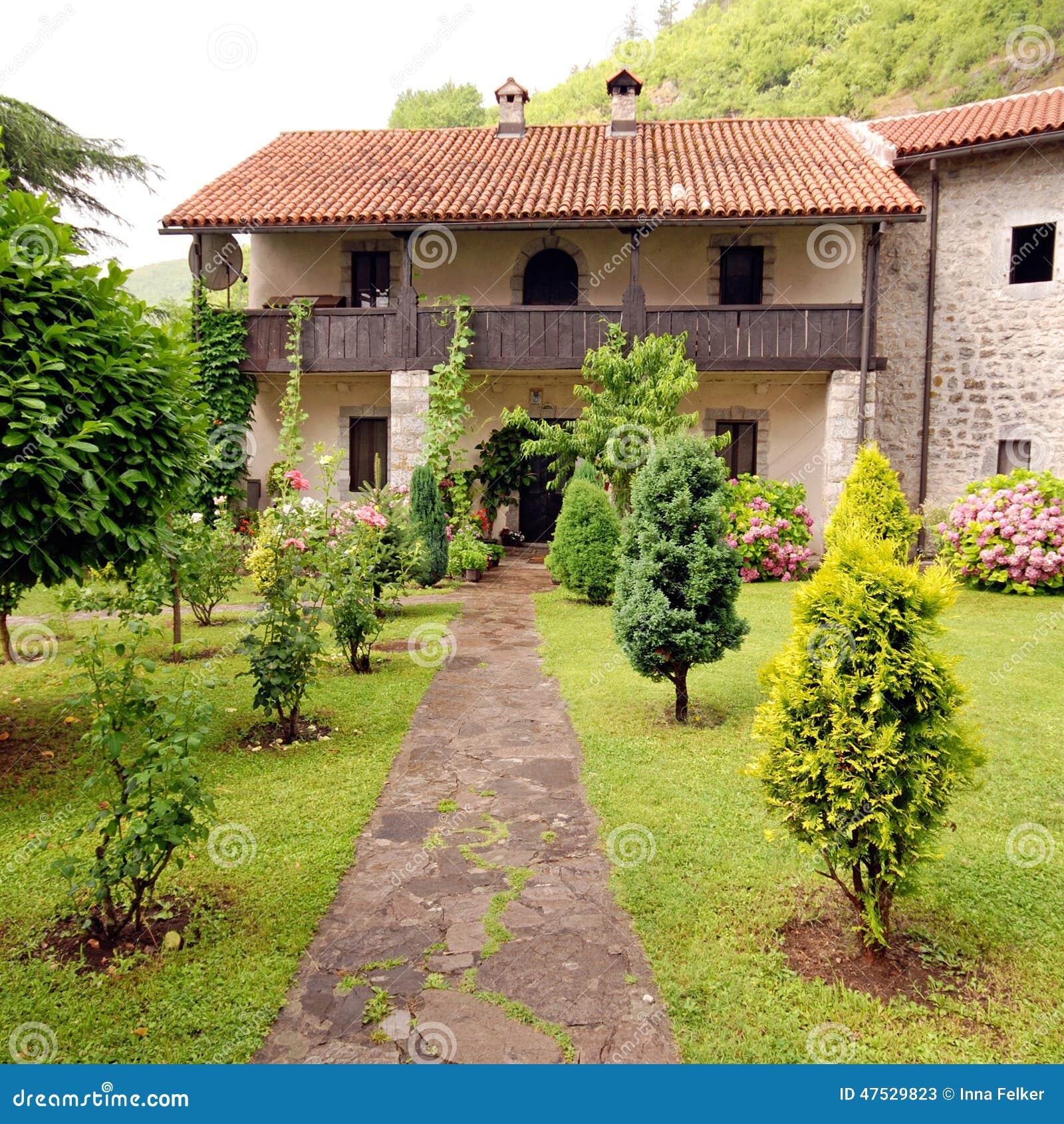 Casa rural de pedra com o jardim bonito da casa de campo for Casa rural jardin del desierto