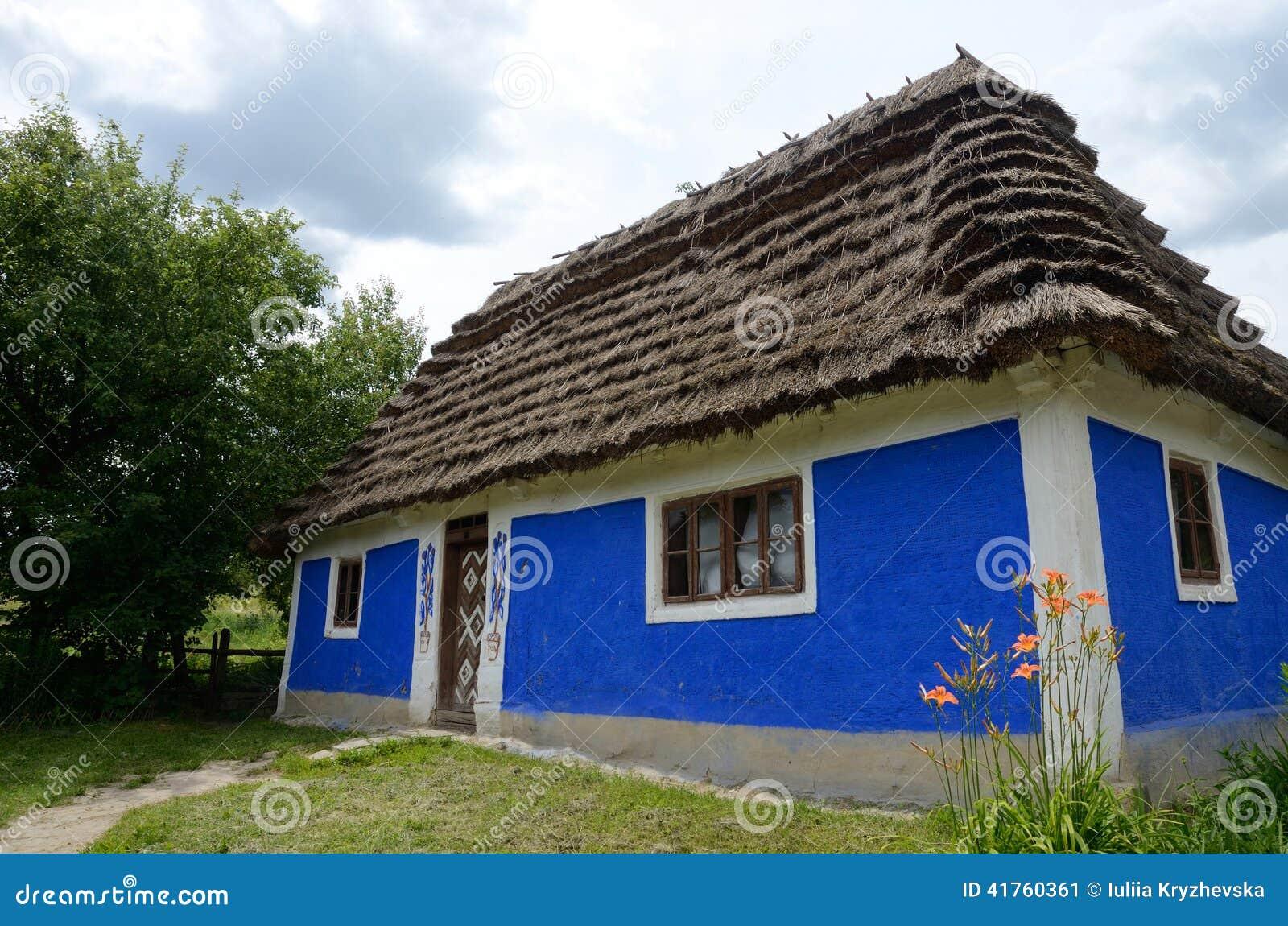 Casa rural ucraniana de la arcilla vieja tradicional - Casa rural con granja ...