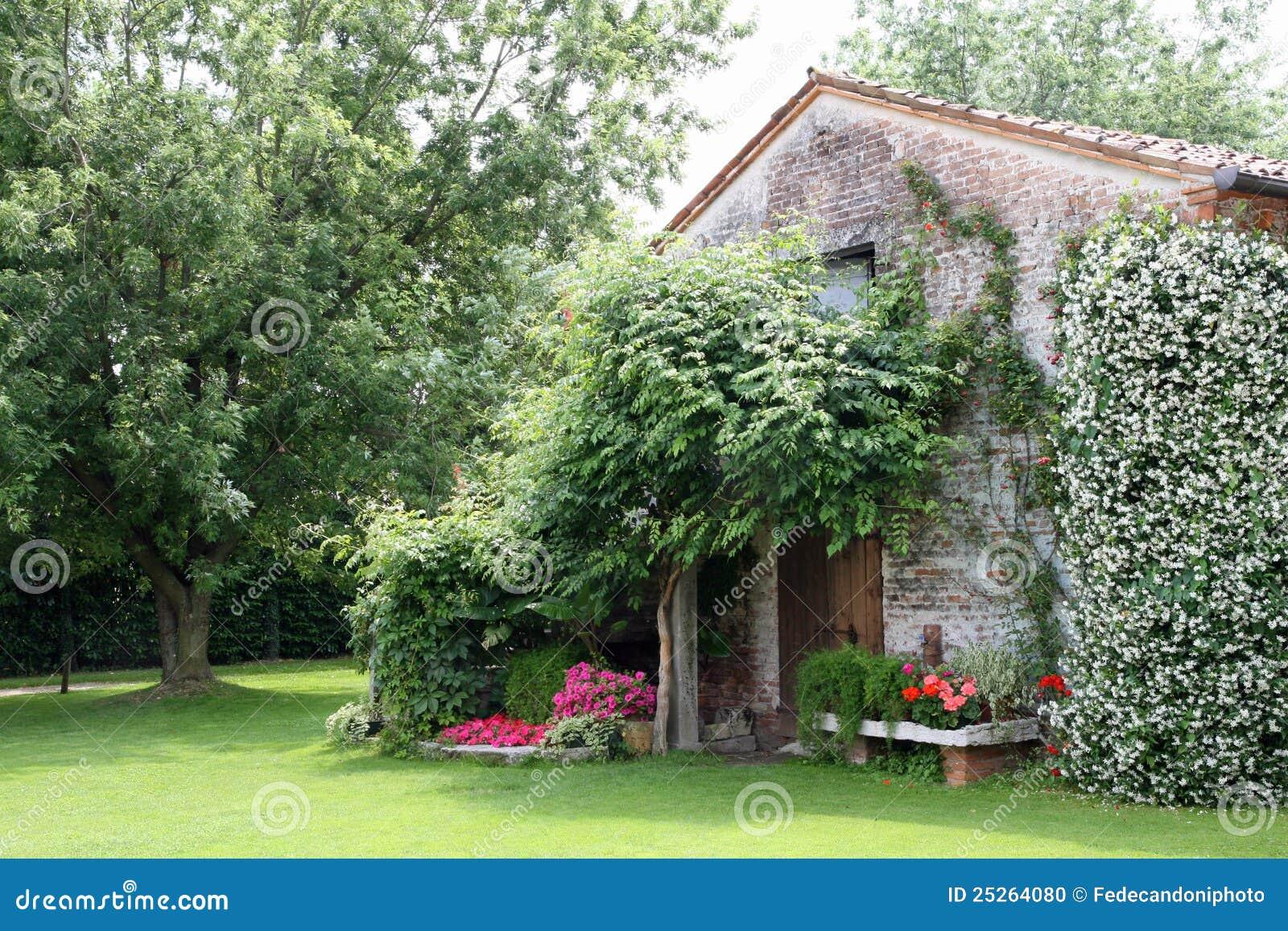 Casa rural vieja con las flores y el jazm n del jard n for Casa rural jardin del desierto tabernas