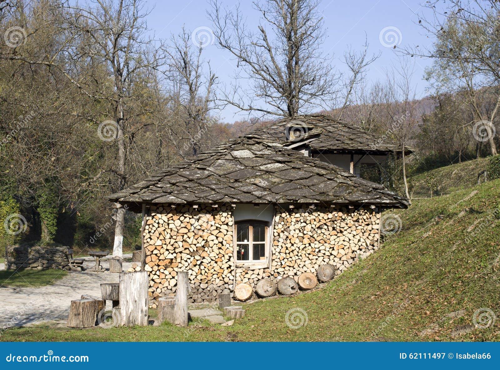 Casa rurale della montagna con il tetto e la legna da - Casa di montagna ...