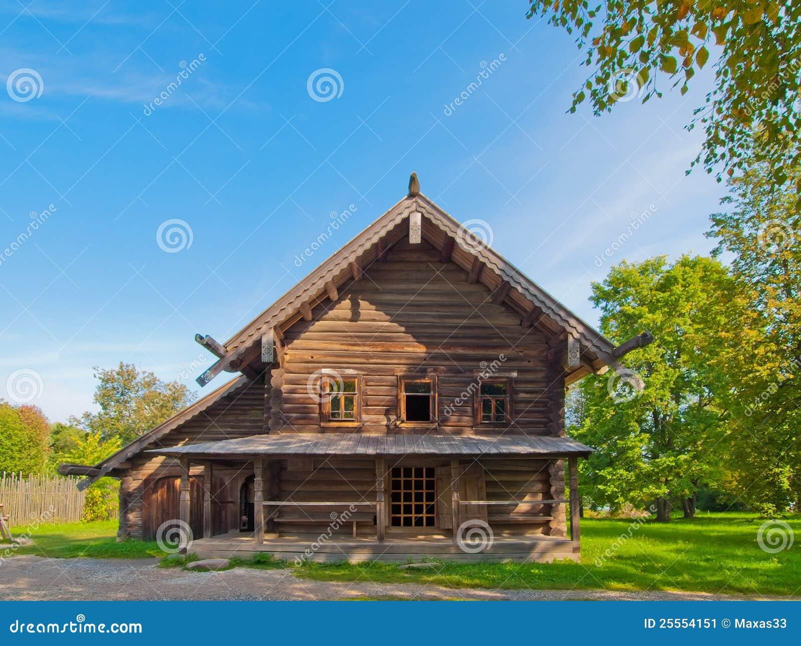 casa rurale di legno russa tradizionale immagine stock