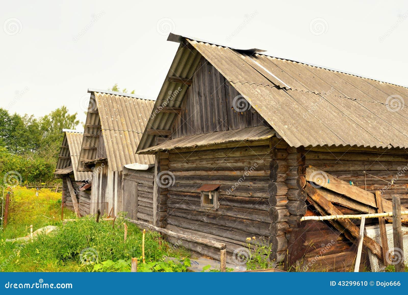 Casette Russe Di Campagna casa russa tipica del villaggio nella campagna fotografia