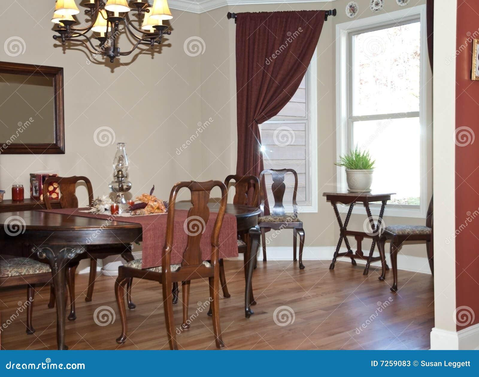 Della Sala Da Pranzo Di Nuova Casa Moderna Con L'arredamento Antico #82A328 1300 1041 Arredamento Sala Da Pranzo Moderna
