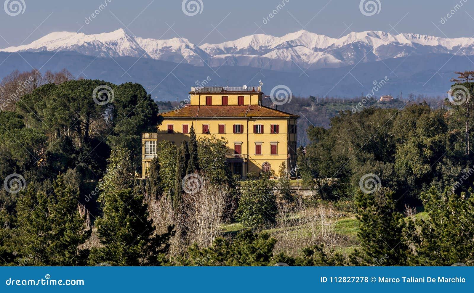 Casa senhorial bonita de Tuscan com as montanhas nevado no fundo, Pontedera, Pisa, Toscânia, Itália