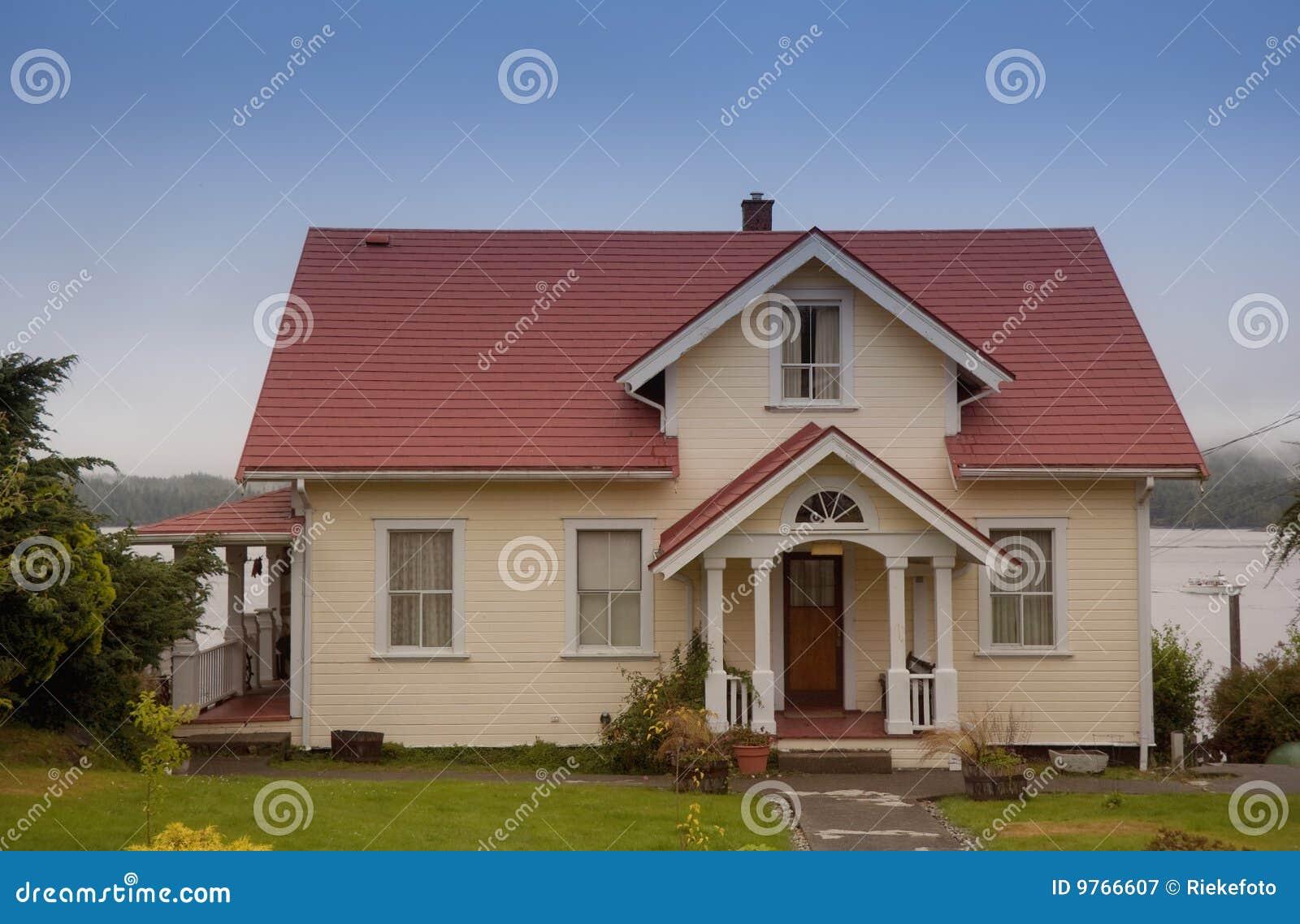 Casa separada con el p rtico imagen de archivo imagen de c sped isla 9766607 - Casa con portico ...
