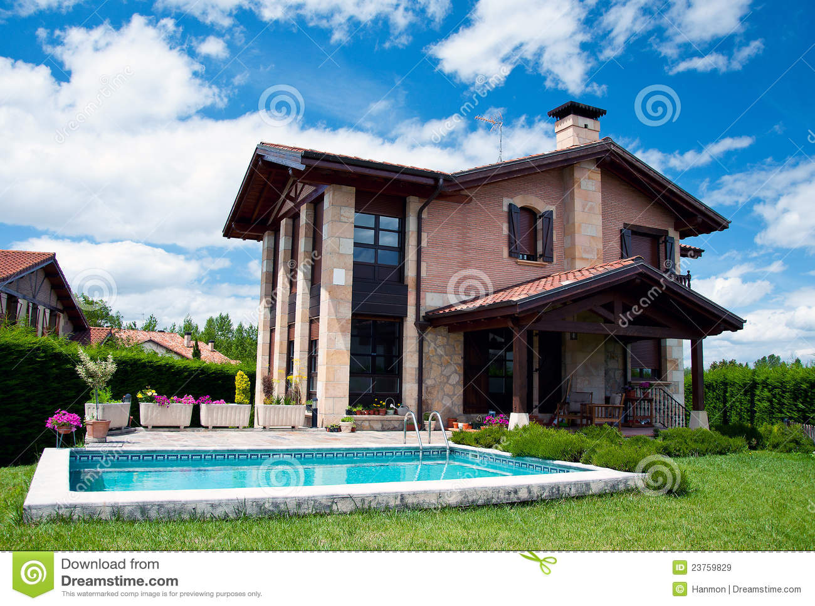 Casa spagnola di lusso con la piscina immagini stock for Design della casa con piscina