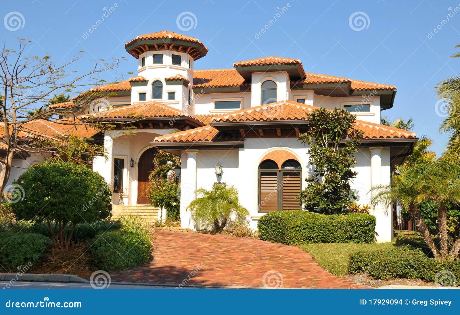 casa spagnola di stile con la torretta fotografia stock