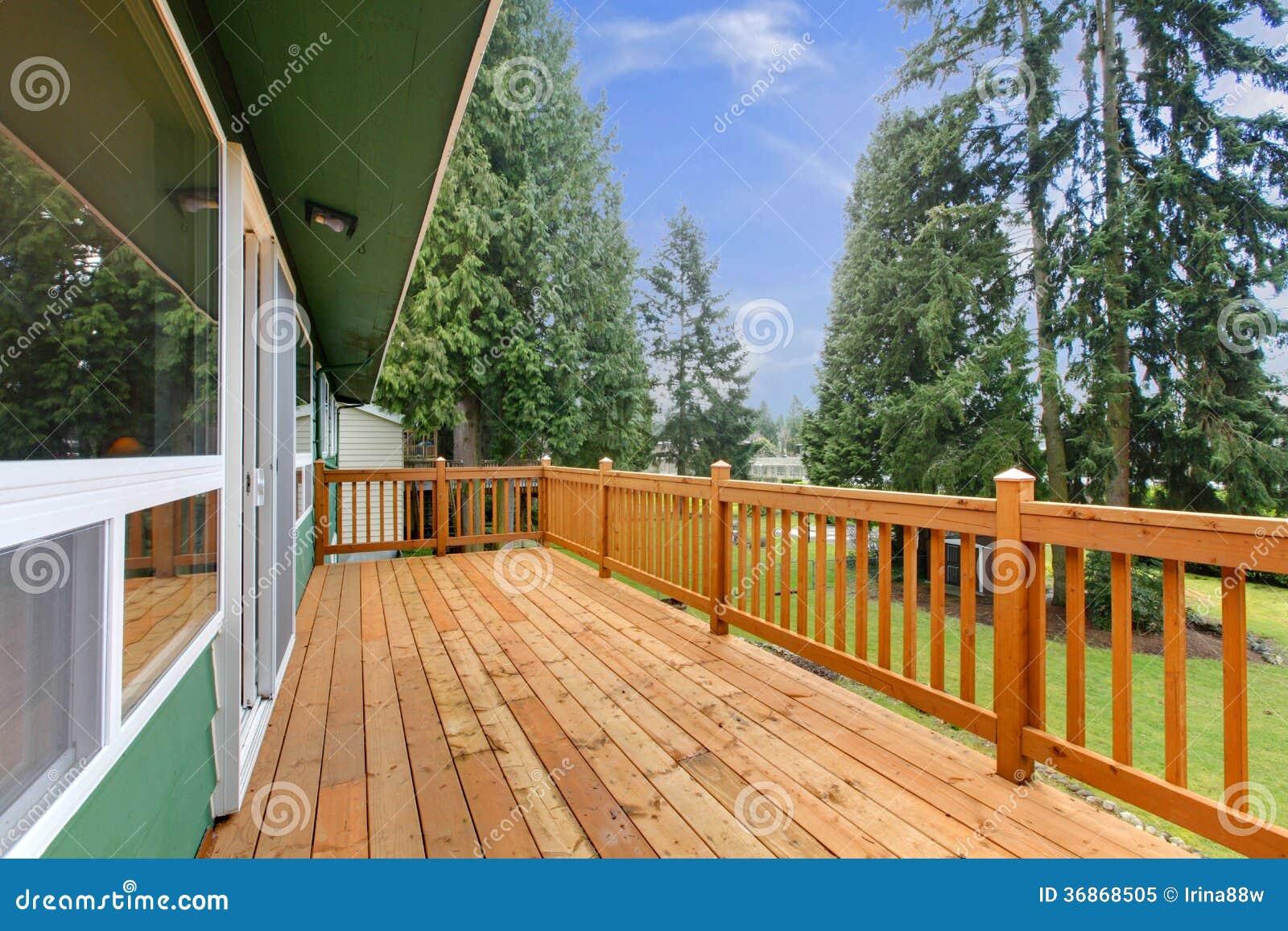 Casa stile country con un grande portico di legno immagine for Casa in stile ranch con portico