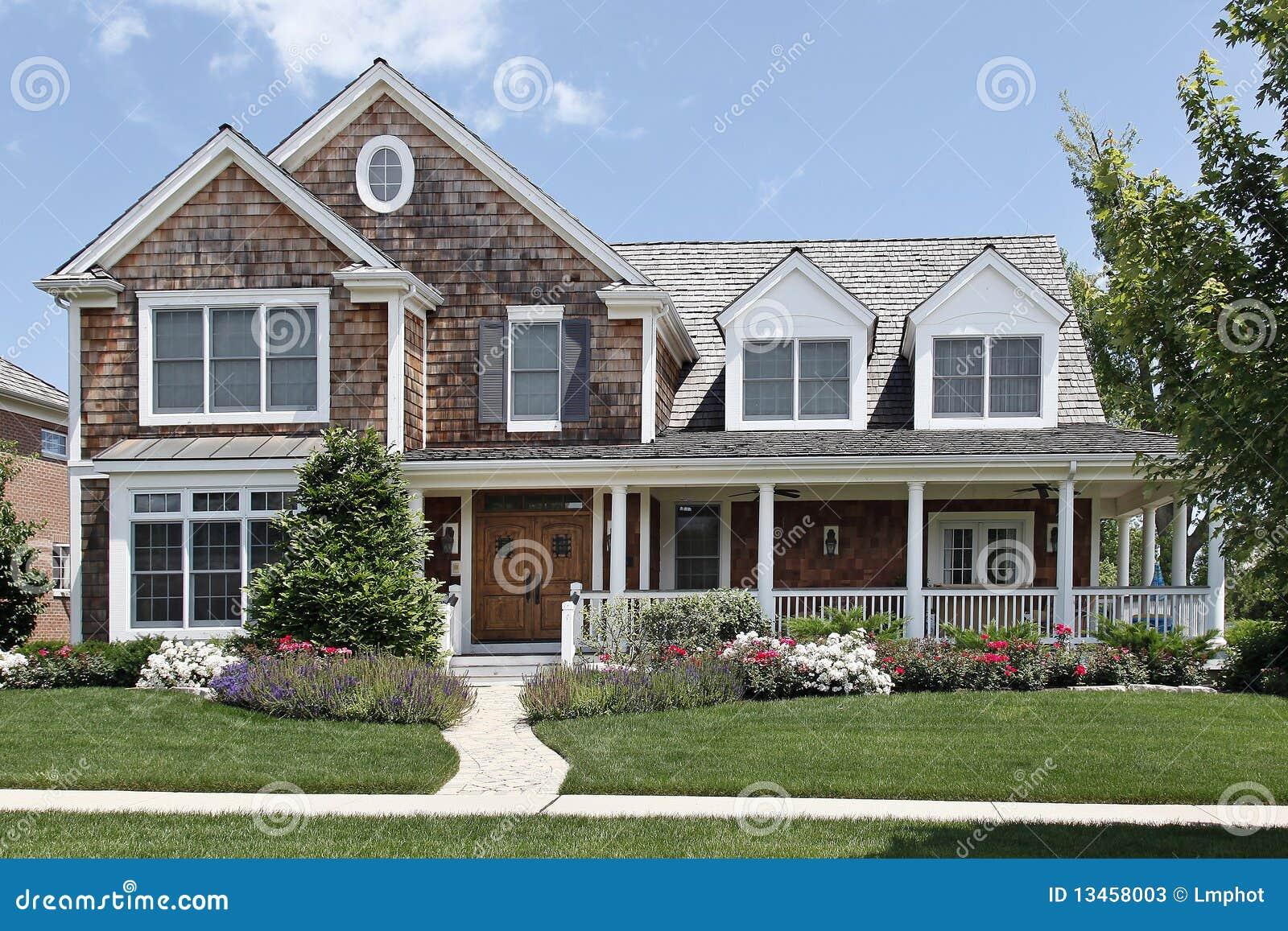 Casa suburbana con il portico di fronte fotografie stock immagine 13458003 - Casa con portico ...