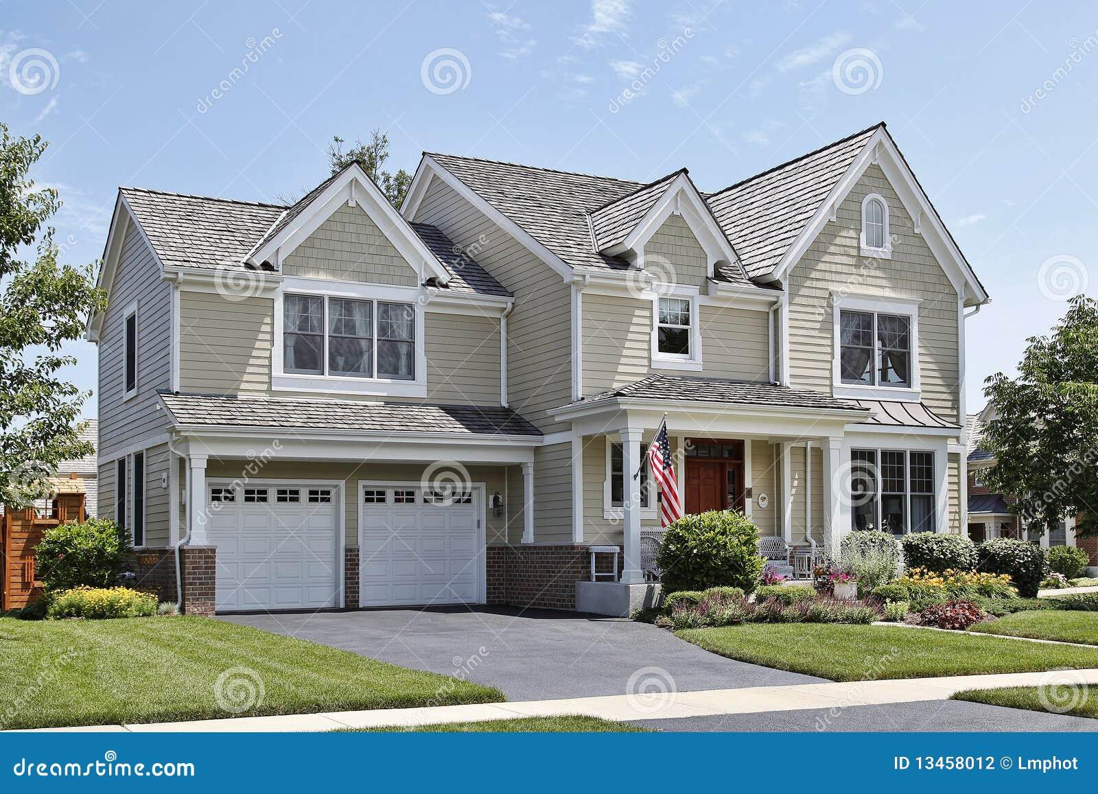 Casa suburbana con il portico di fronte fotografia stock for Piani di casa con portico