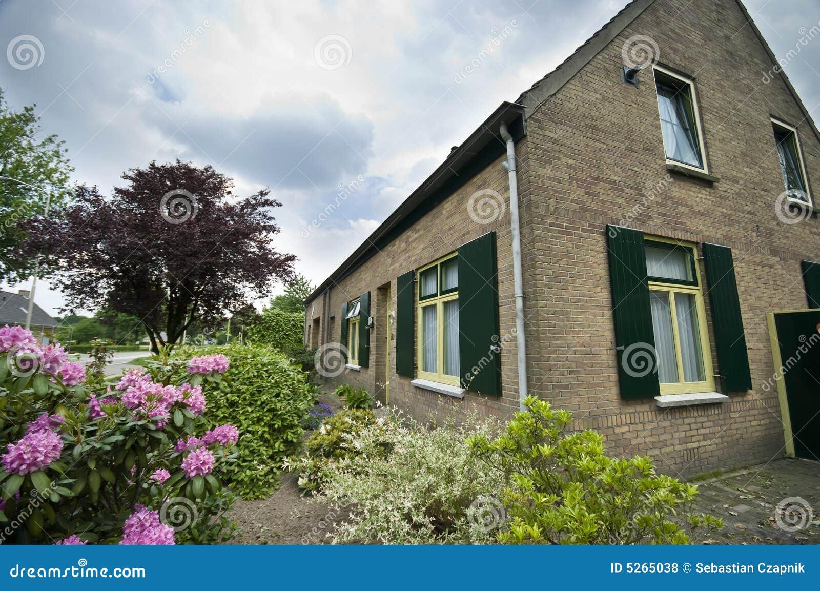 Casa suburbana holandesa fotos de stock royalty free for Casa holandesa moderna