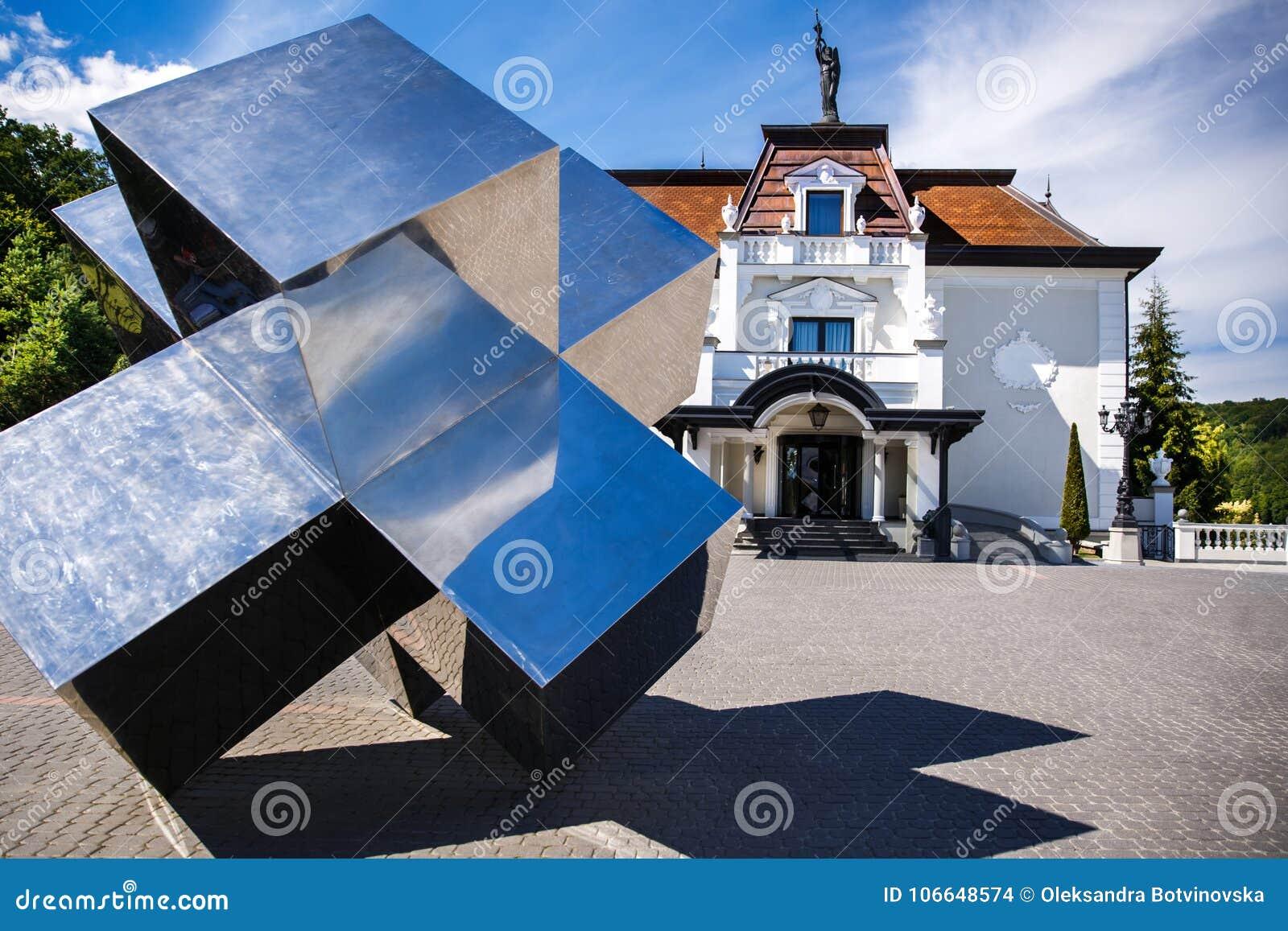 Casa suburbana perfeitamente manicured com figura do espelho em um dia ensolarado bonito