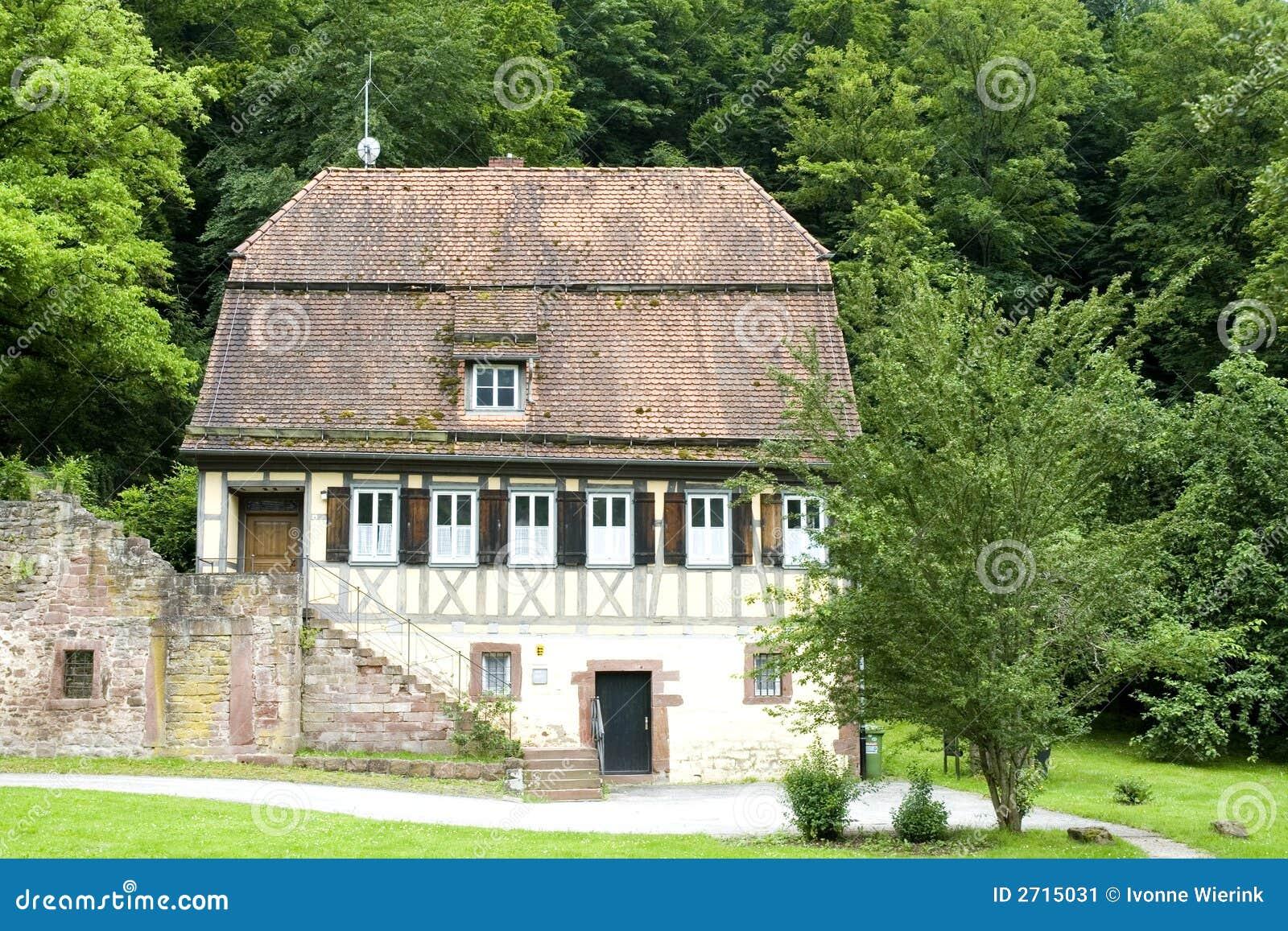 Casa tedesca tipica immagine stock immagine di verde for Casa tradizionale tedesca