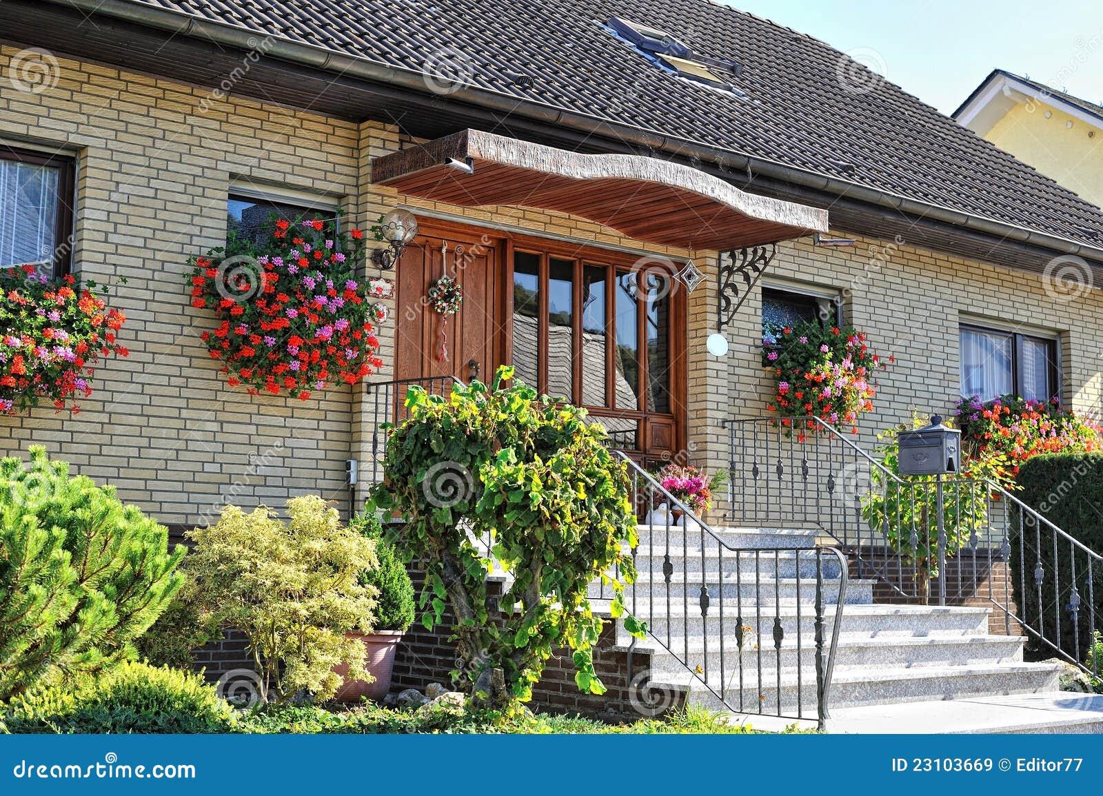 casa tedesca tradizionale con il piccolo giardino immagini stock ... - Piccolo Giardino In Casa