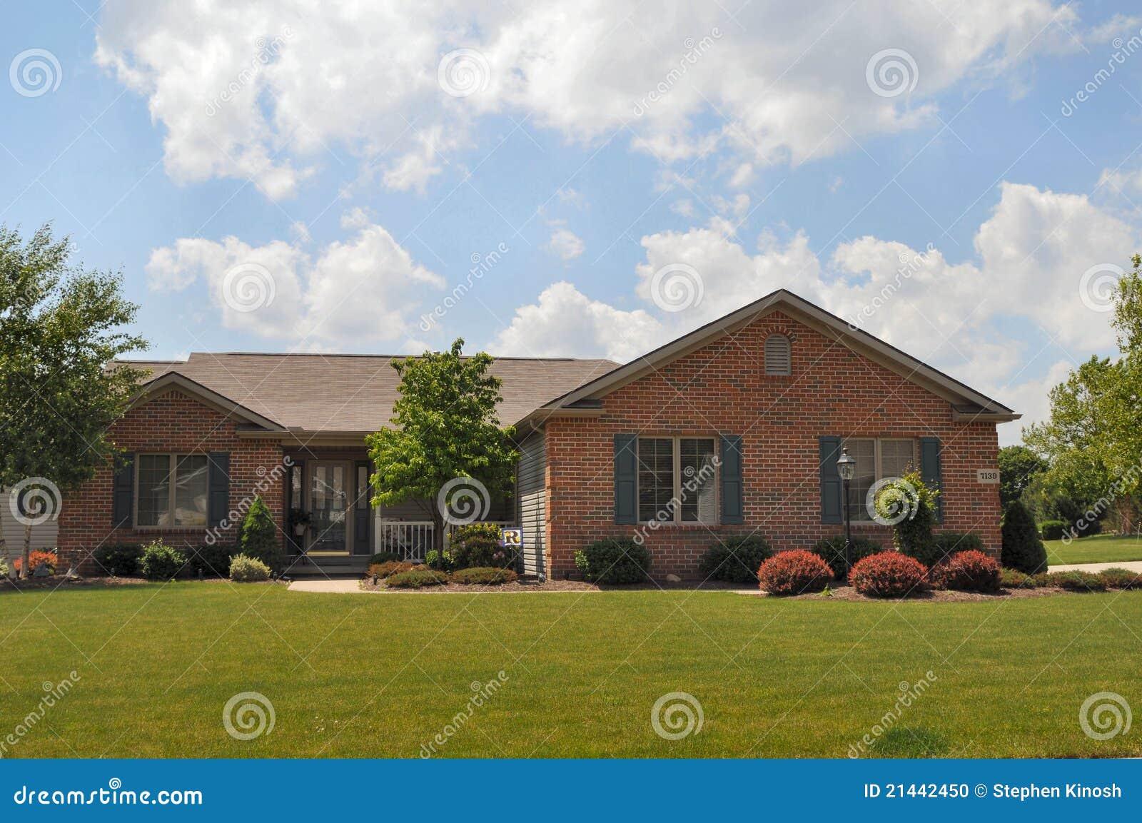 Casa tipica di stile del ranch del mattone fotografia for Costruttori di case in stile ranch in texas