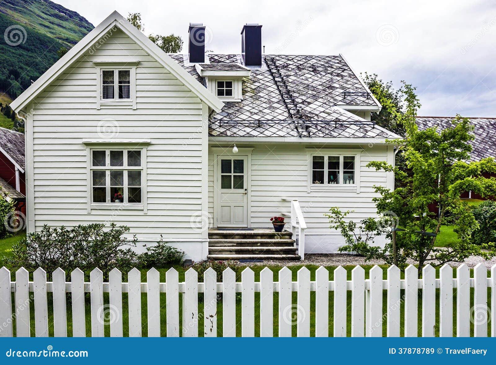 Casa tradizionale in villaggio olden norvegia immagine - Comprare casa in norvegia ...