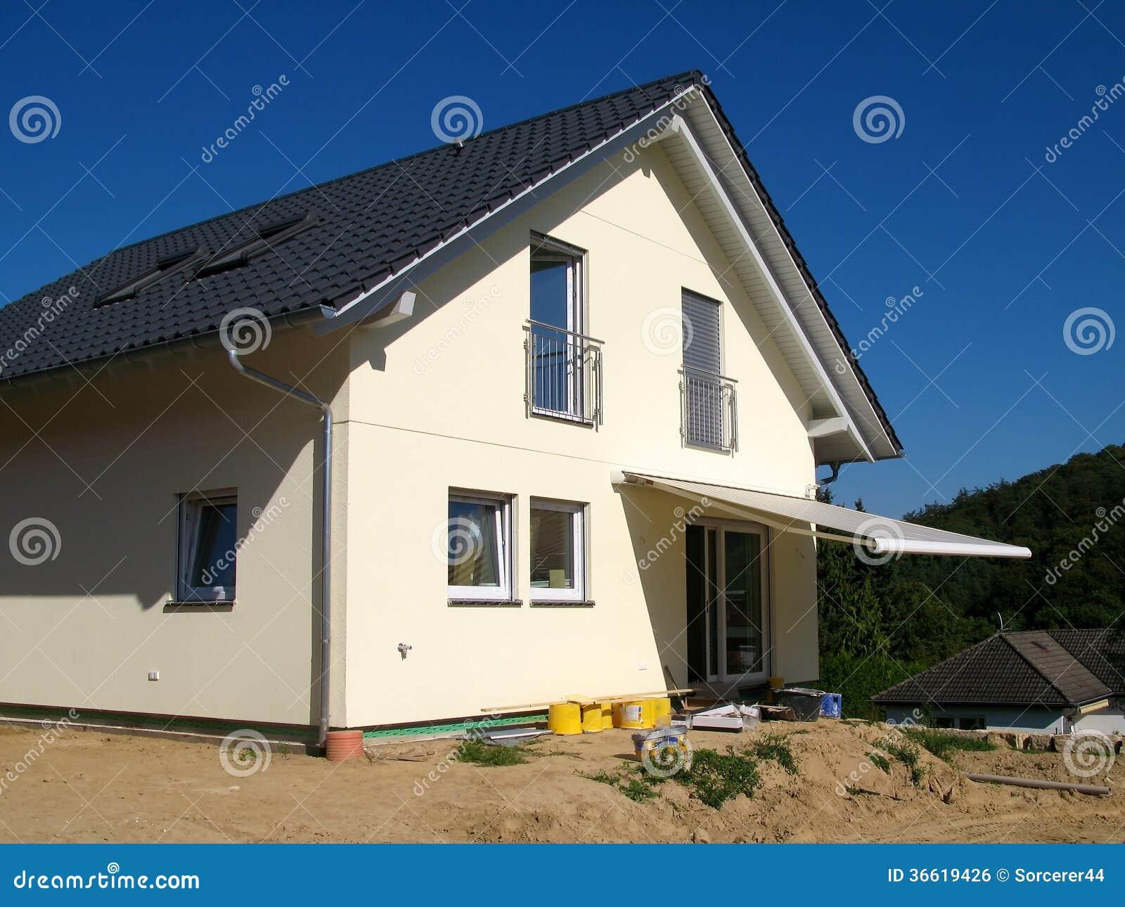 Casa unifamiliare moderna con la tenda immagine stock for Ottenere una casa costruita