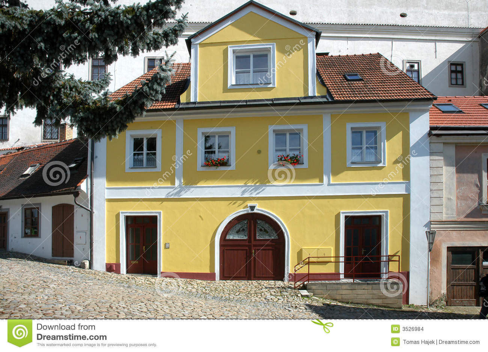 Casa urbana amarilla grande