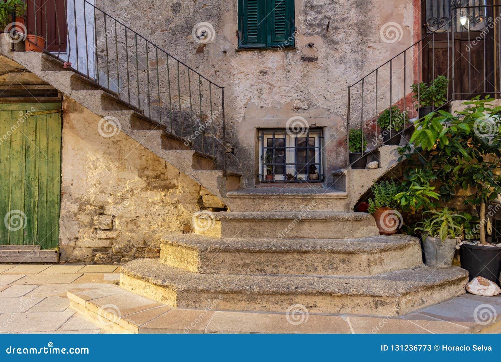 Casa velha da Toscânia Detalhe de sua escadaria estreita a ambos os lados
