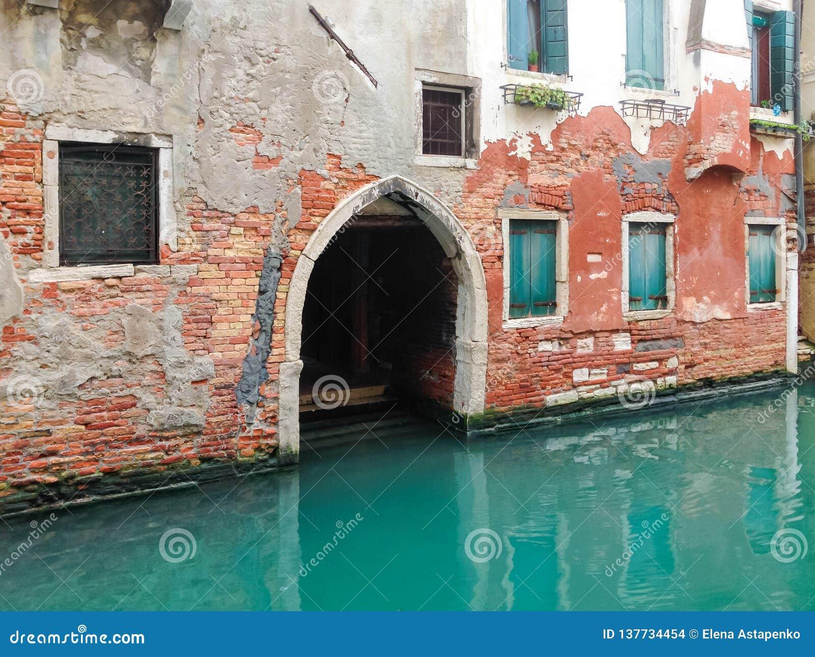 Casa velha do canal em Veneza