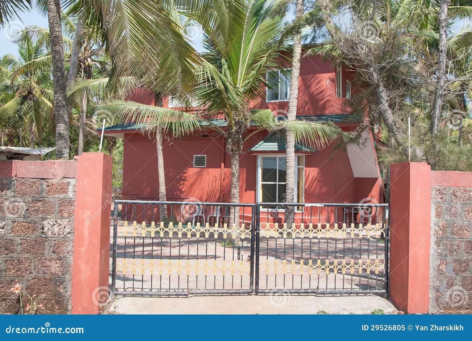 Casa vermelha atrás de uma cerca
