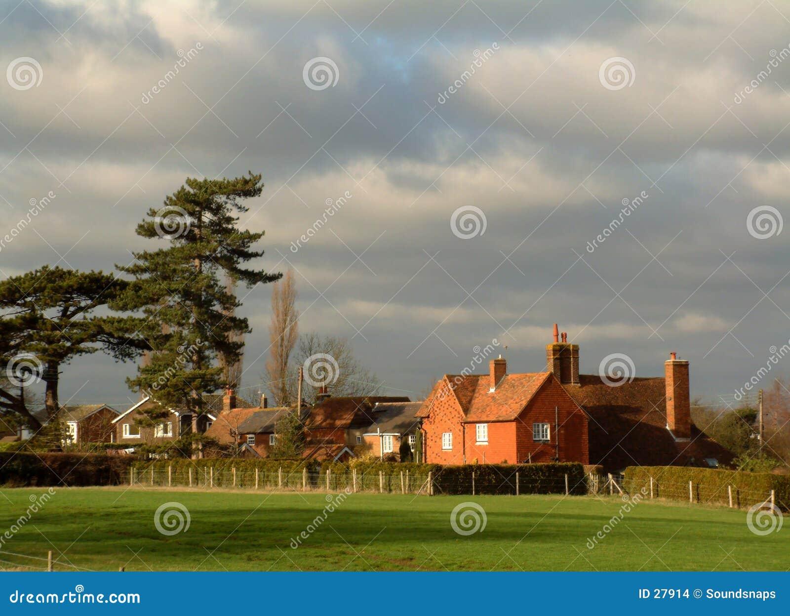 Casa vermelha de encontro ao céu cinzento