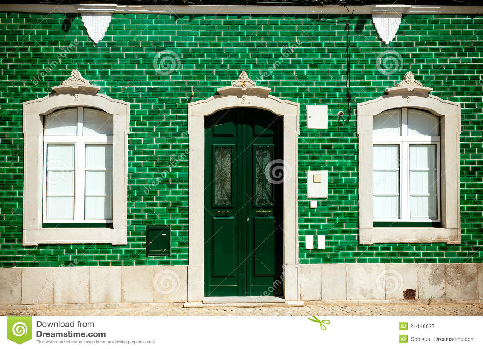 Casa vieja con los azulejos verdes en fachada fotograf a for Fachadas con azulejo