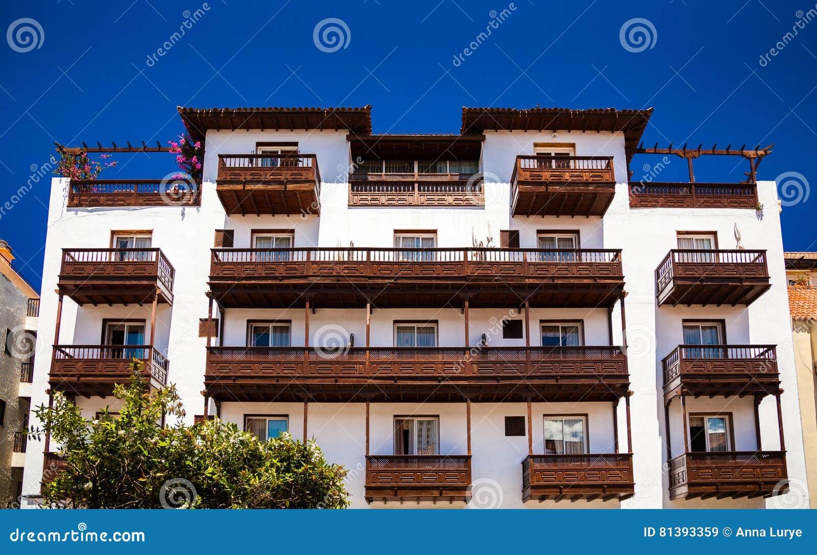 Casa vieja con los balcones de madera hermosos imagen de - Balcones de madera ...