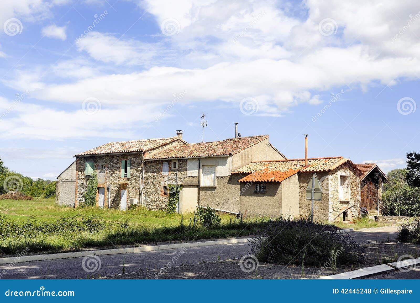 Casa vieja con los obturadores blancos