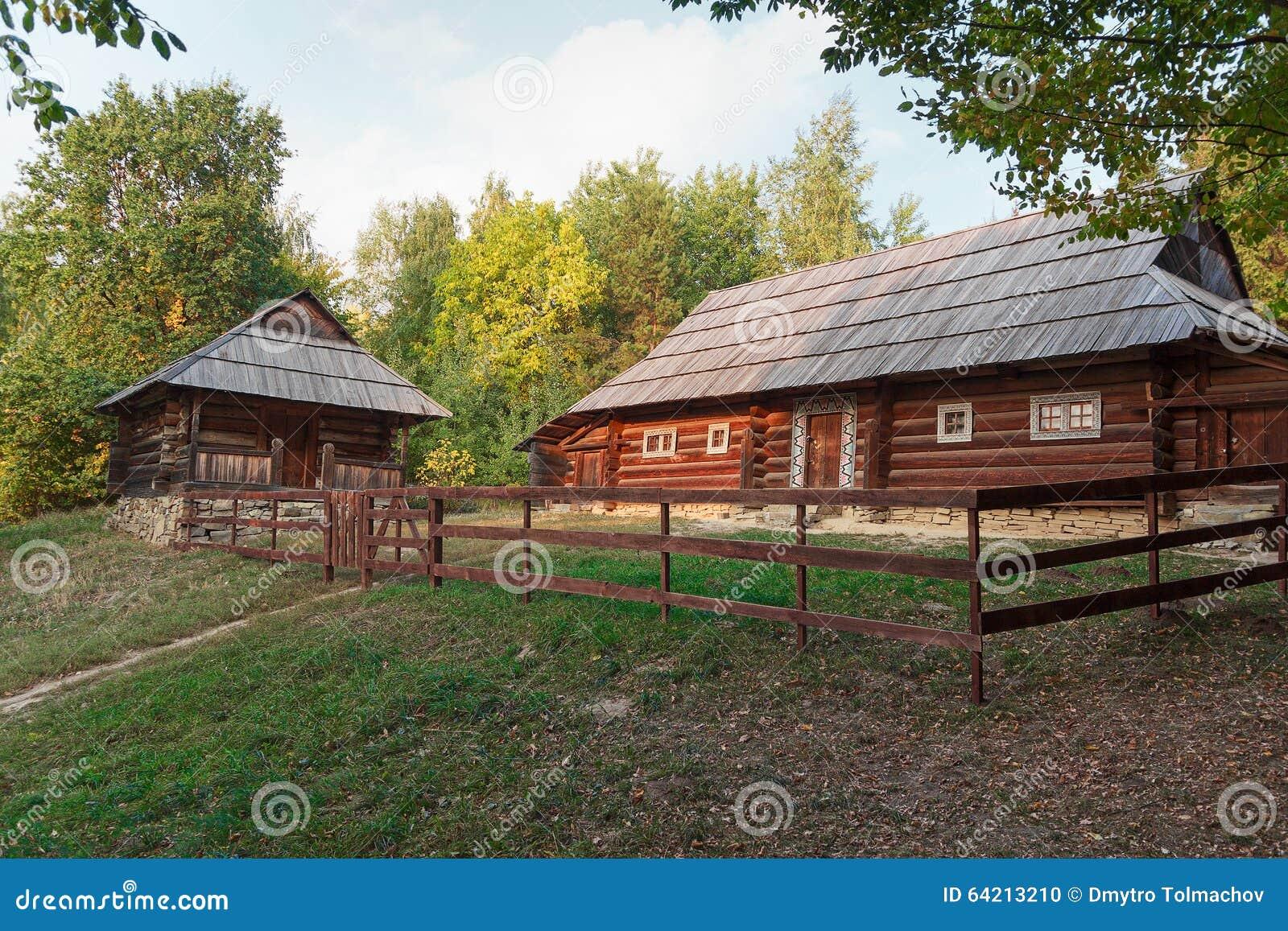 Casa vieja de los campesinos y de la cerca en el museo de Pirogovo