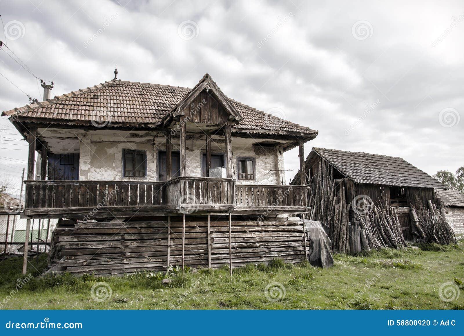 Casa vieja del campo y un granero viejo en un pueblo rumano foto de archivo imagen 58800920 - Casa rural casavieja ...