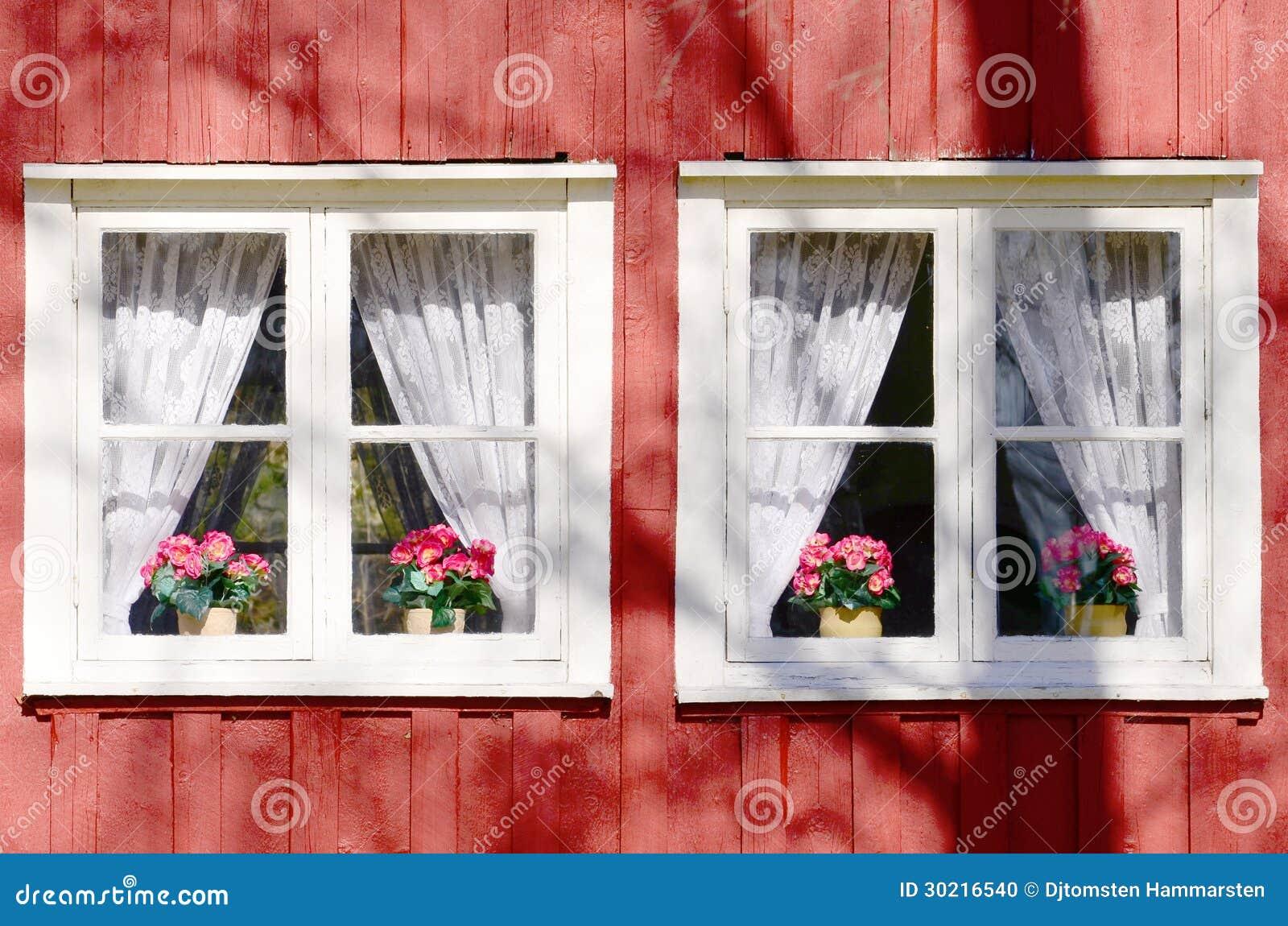 Casa vieja del fondo con las ventanas foto de archivo for Detalles de una casa