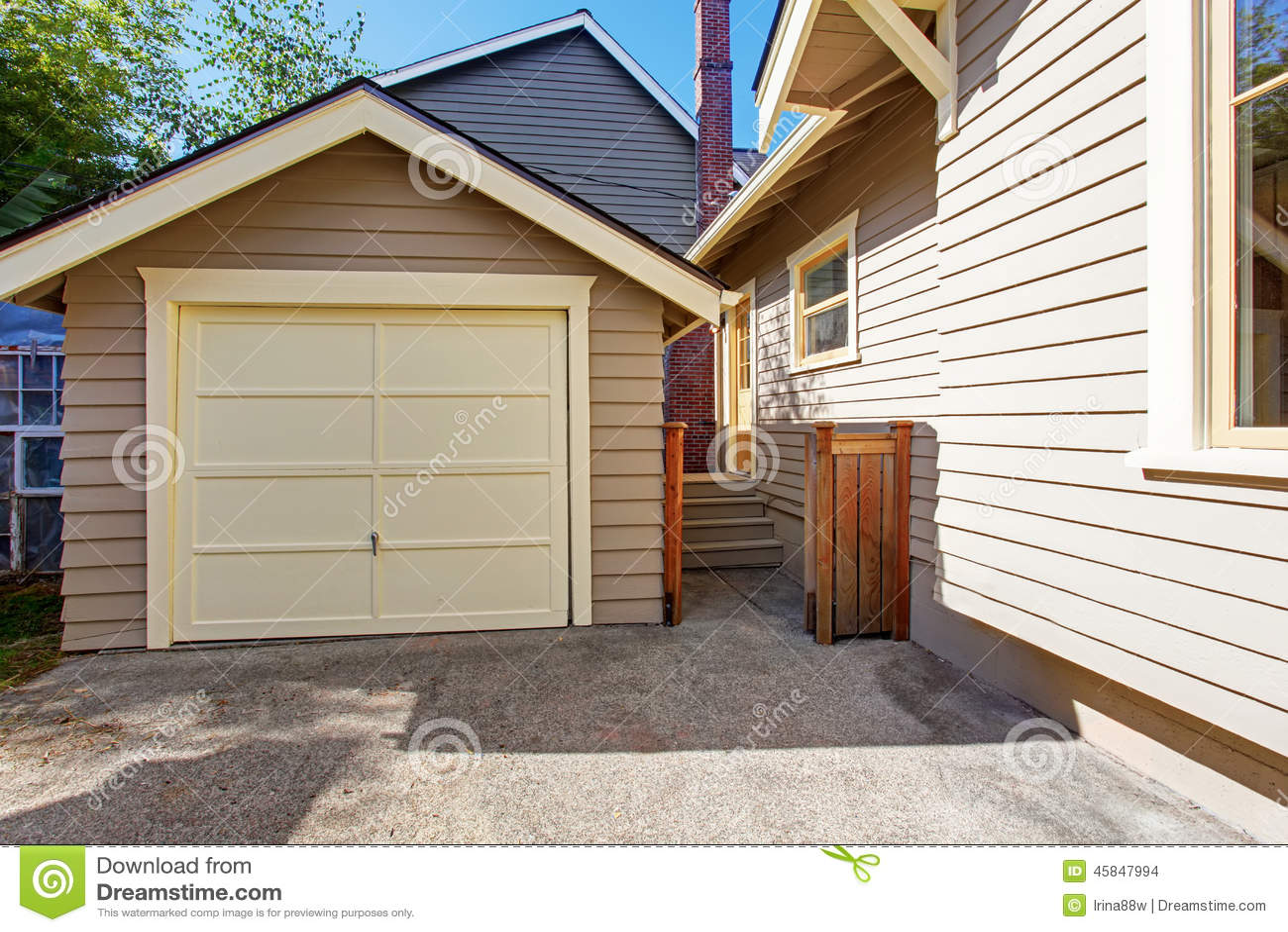 Casa y garaje en ajuste del apartadero de la tablilla foto for Casas con tablillas
