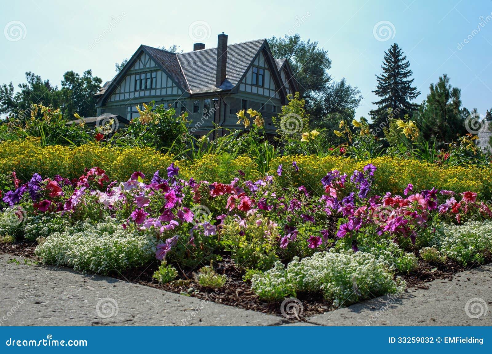 Casa y jardines hermosos foto de archivo imagen de bloque for Imagenes de jardines de casas