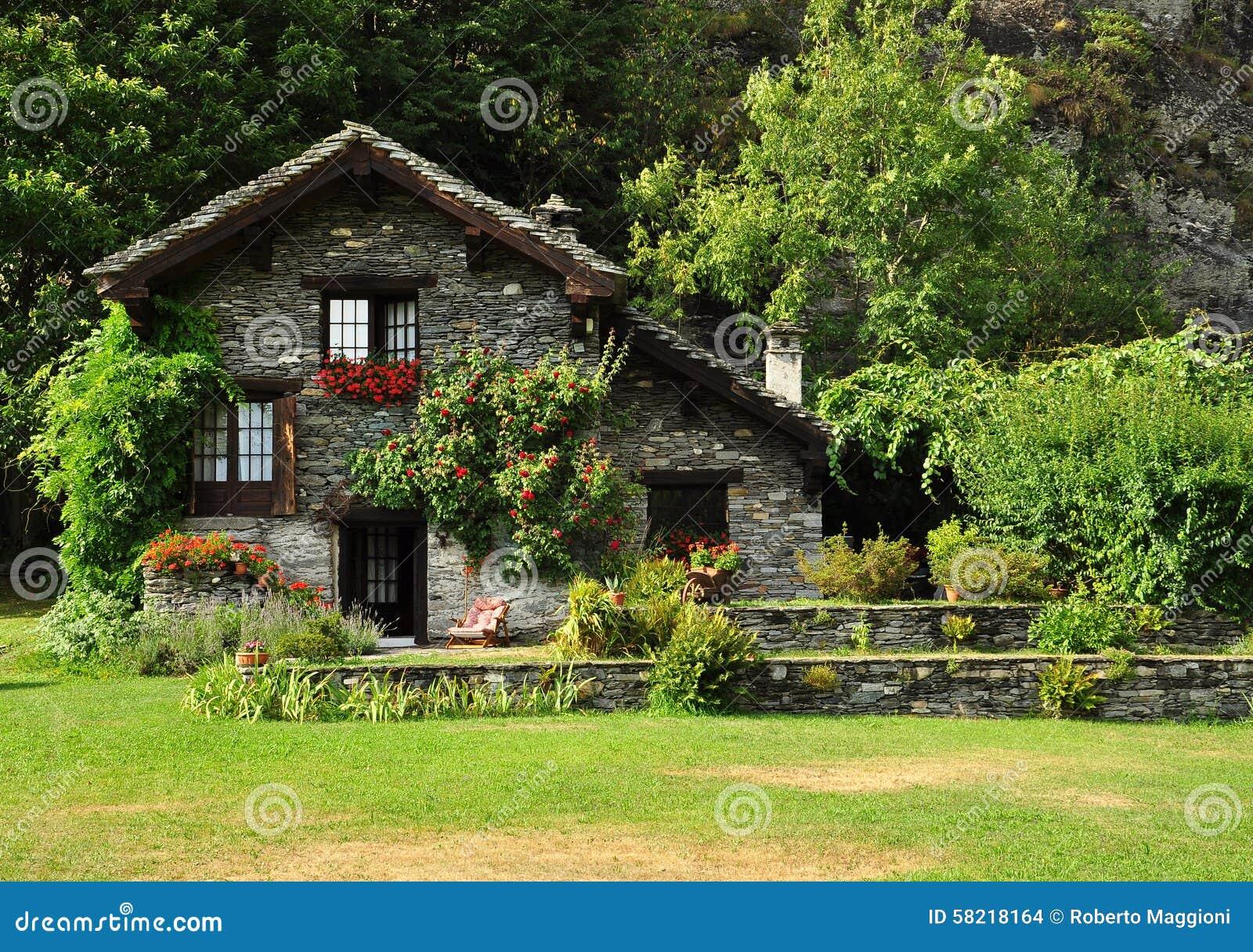 Casa Y Jardn De Piedra Ideales En Las Montaas Italianas