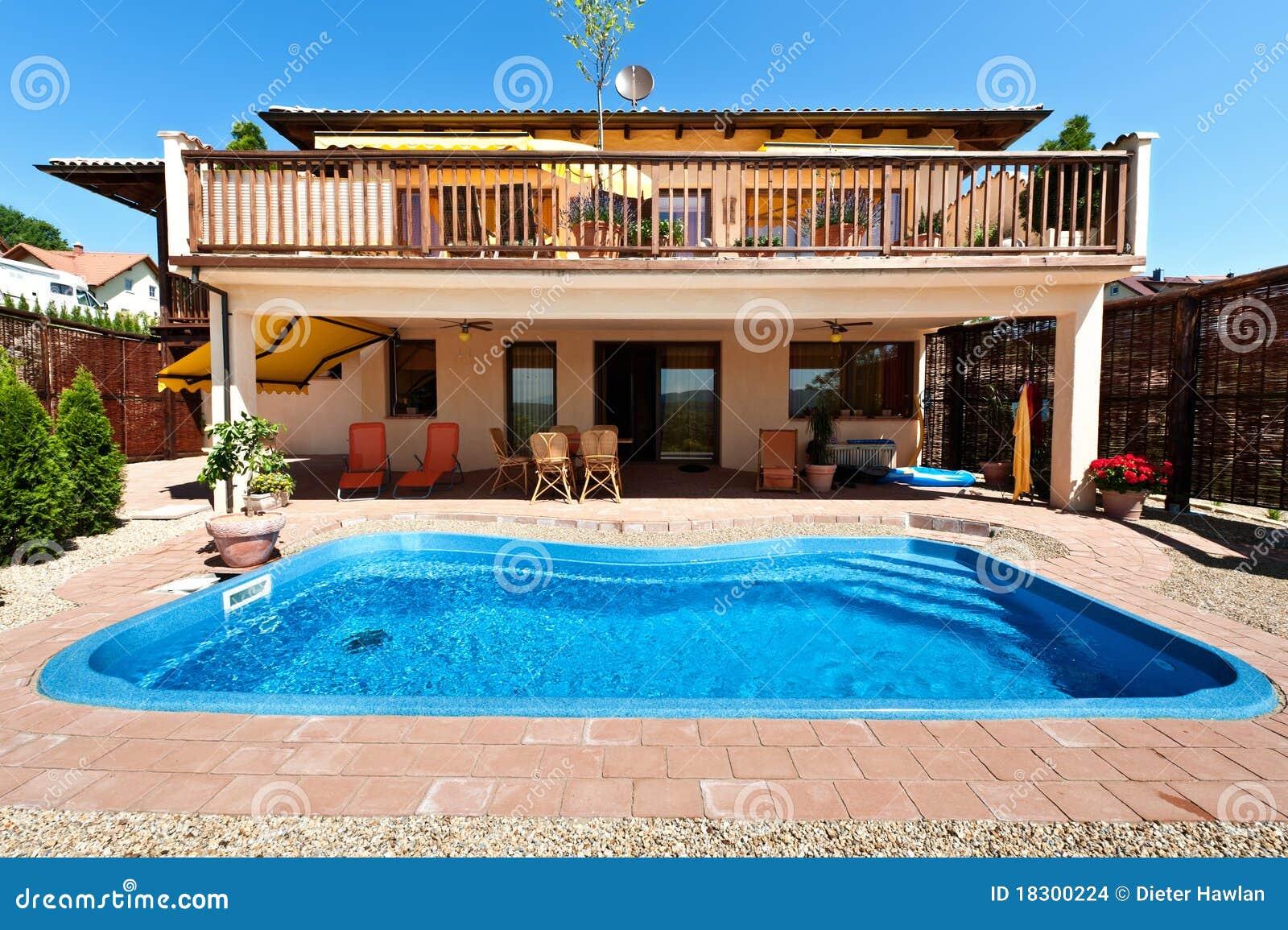 casa y piscina imagenes de archivo imagen 18300224