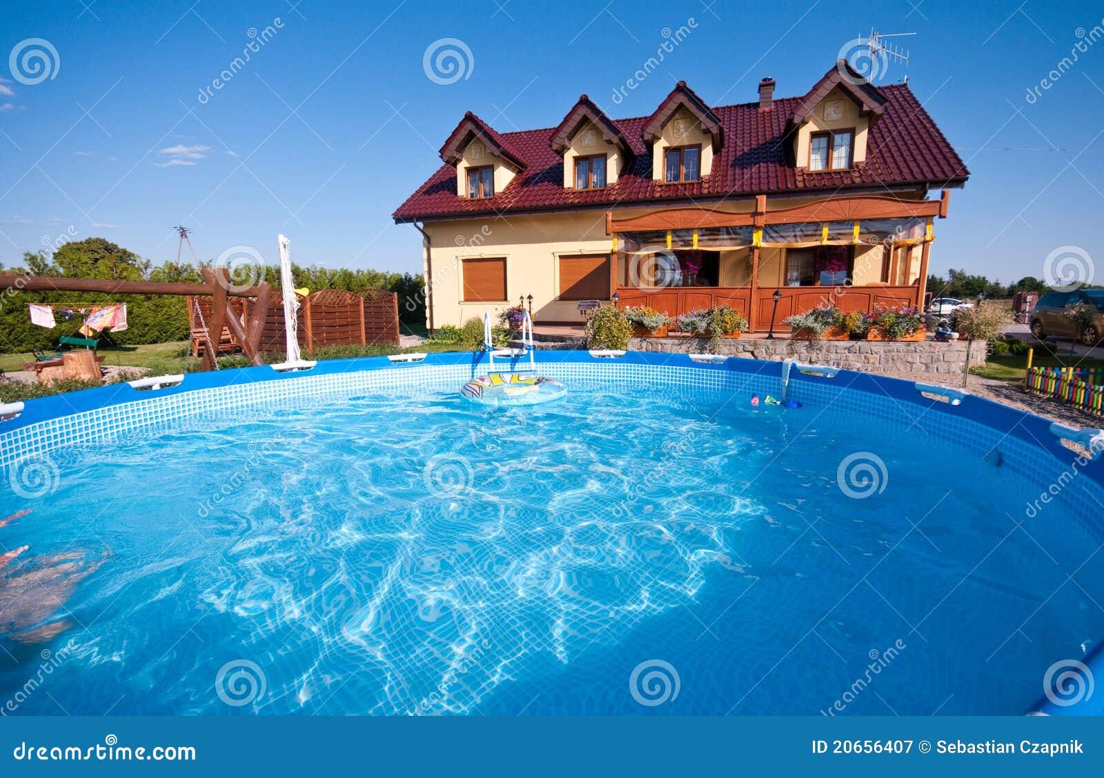 Casa y piscina lujosas imagen de archivo imagen de lujo for Case con piscine