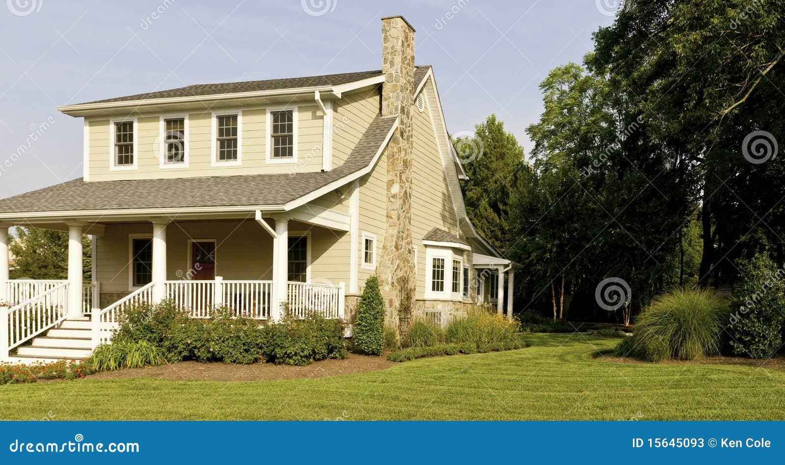 Casa y p rtico granangulares fotos de archivo imagen for Piccola casa con avvolgente portico