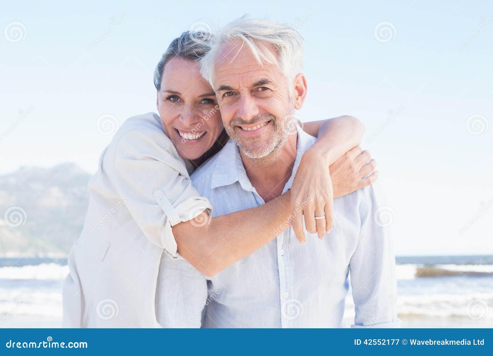 Casal atrativo que levanta na praia