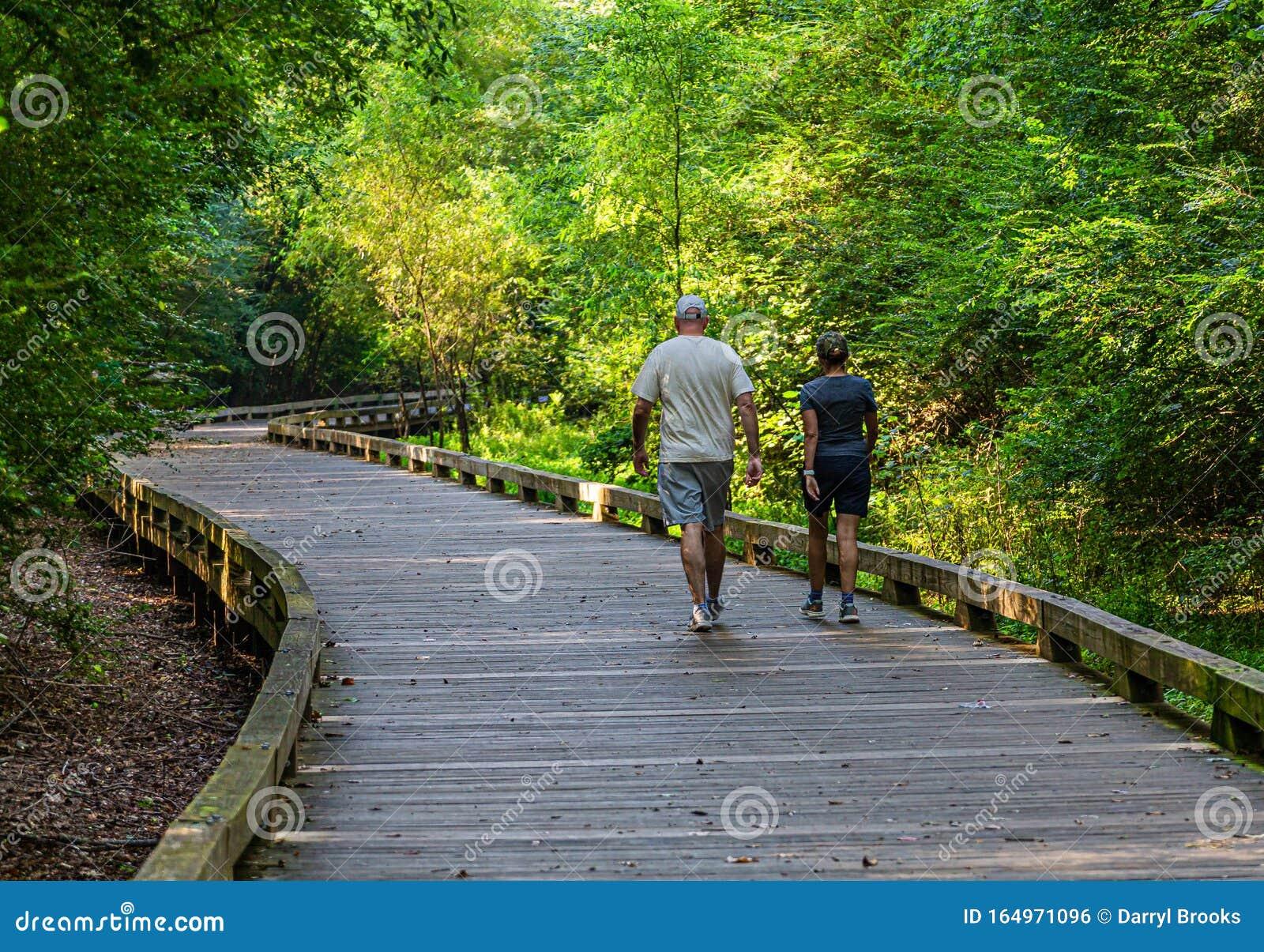 Casal Caminhando Em Uma Trilha De Woodland Foto Editorial   Imagem ...