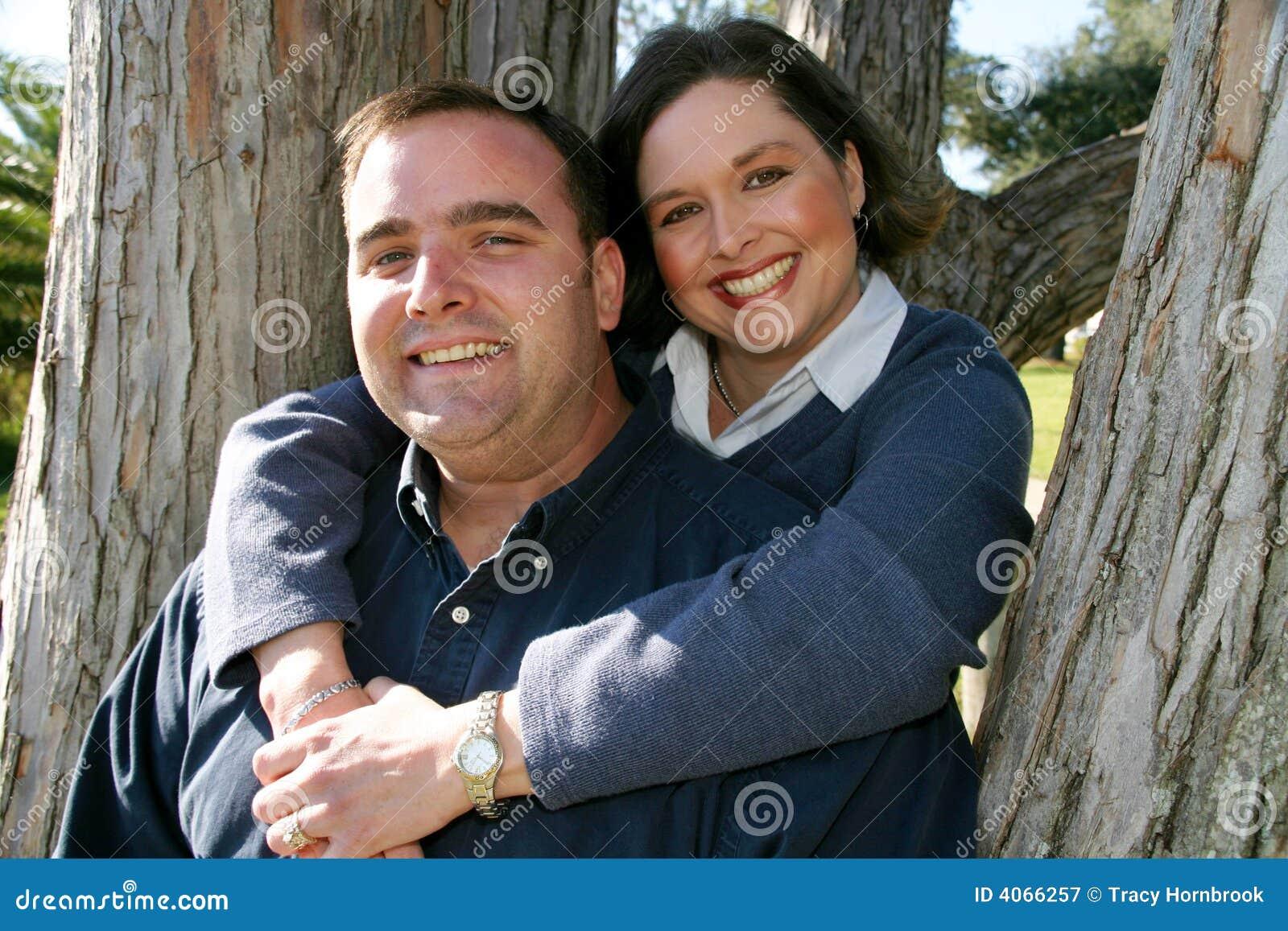 Casal na árvore