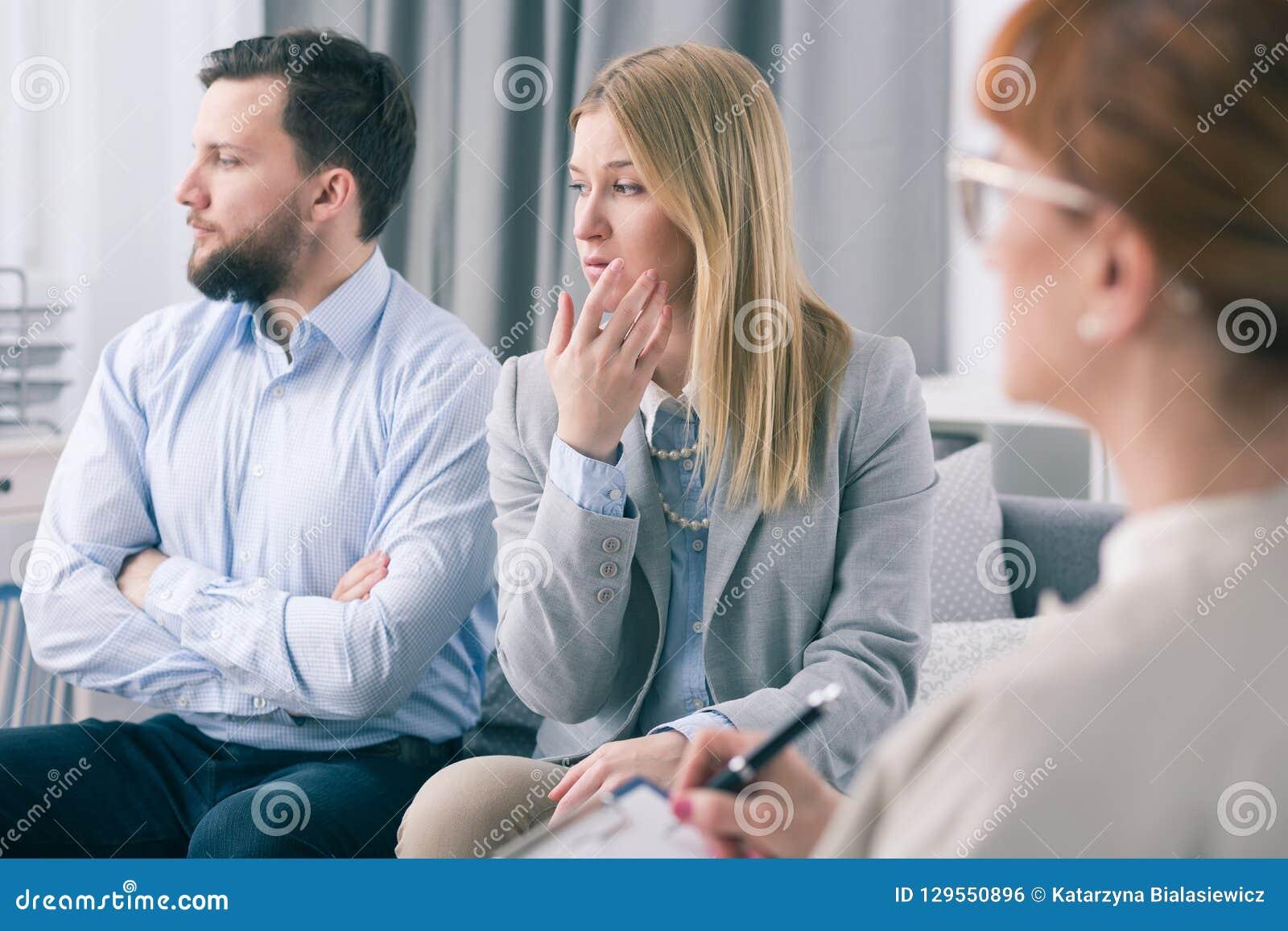 Casal que mostra a ignorância durante uma sessão de terapia com um psicólogo