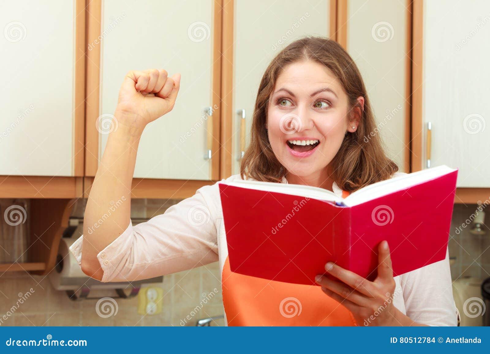 Casalinga con il libro di cucina in cucina fotografia stock immagine di menu ricerca 80512784 - Il libro di cucina hoepli pdf ...