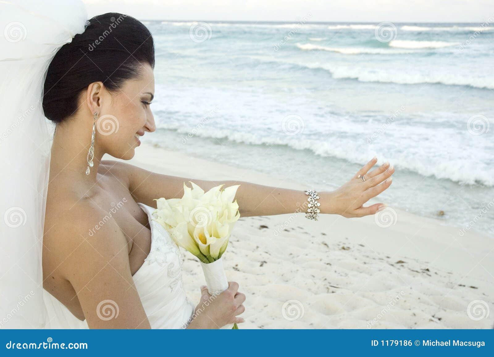Casamento de praia do Cararibe - noiva com ramalhete