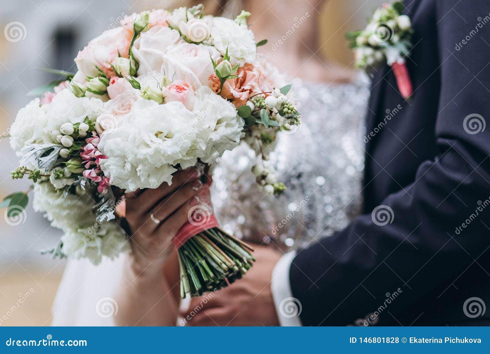 Casamento floristry nas m?os da noiva