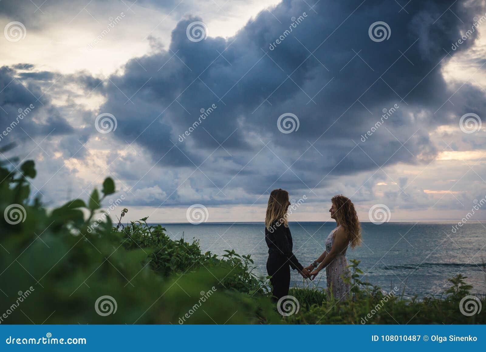 Casamento lovestory, apenas casal perto do oceano no por do sol