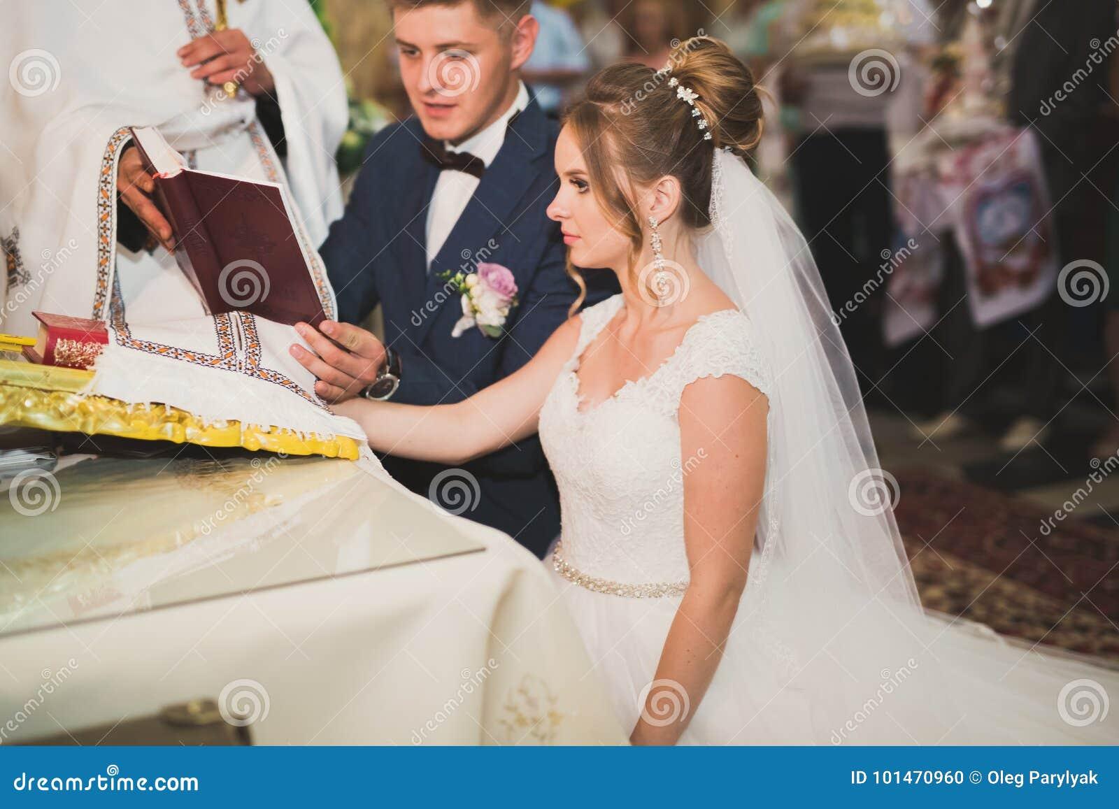 Casandose A La Pareja Permanezca Y El Novio Consigue Casado En Una