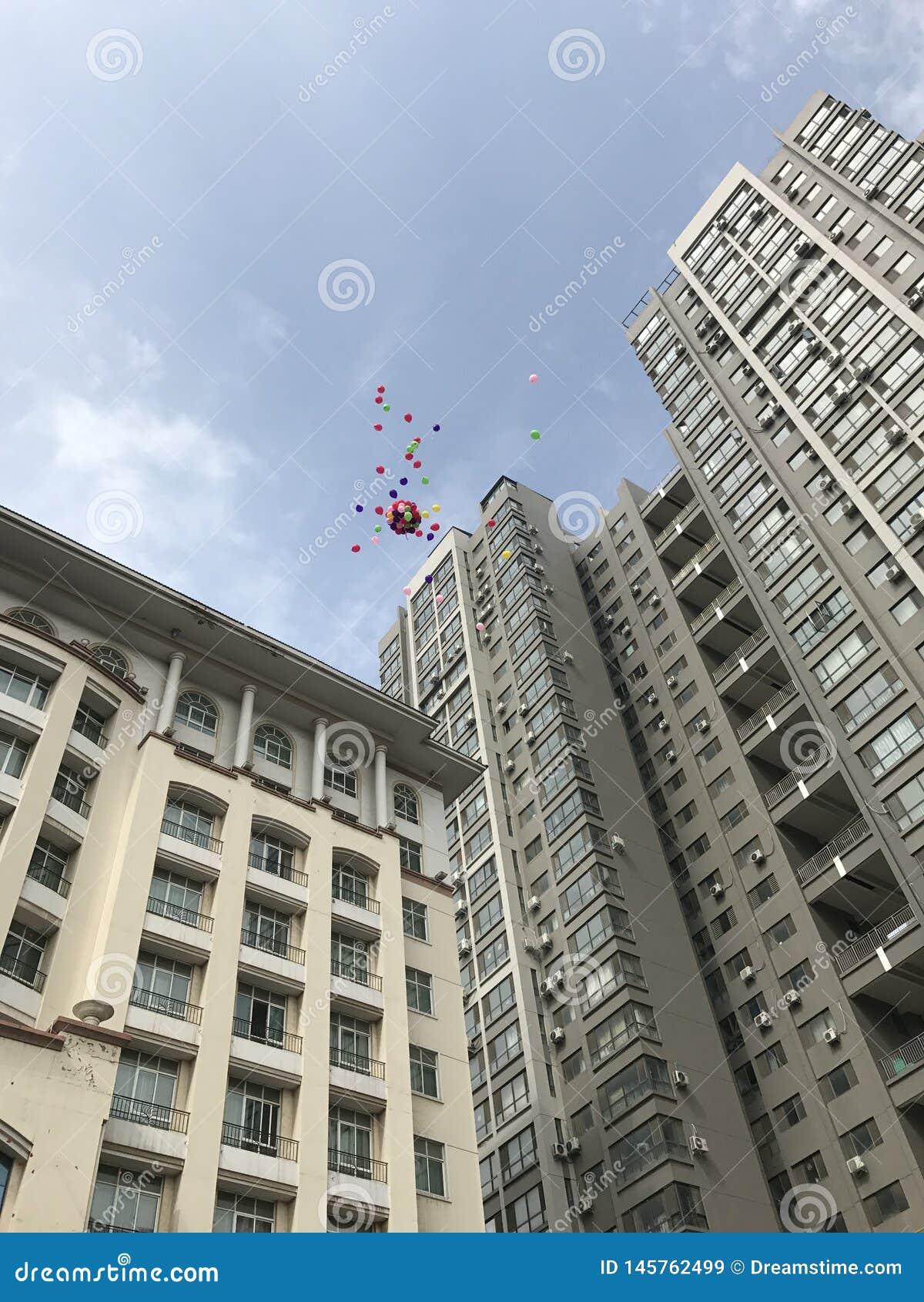 Casandose los globos vuelan al cielo